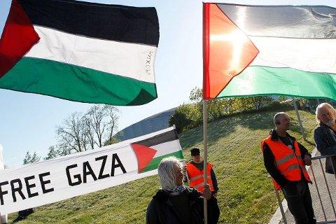 Også i Norge demonstreres det mot Israels handlinger i Gaza og den siste tiden utenfor Gazas kyst. Her ved demonstranter utenfor Telenor Arena i forbindelse med Israels deltakelse i Melodi Grand Prix/Eurovision Song Contest. Foto: Cornelius Poppe/SCANPIX