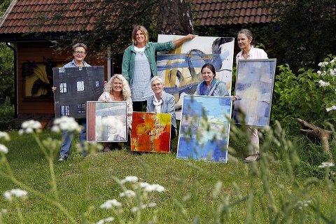 Kunstgruppa Ugress består av (f.v.) Kirsten Selmer, Anne M. Hjelvik, Bjørg Hermo, Tone Berg Knudsen, Aslaug Graff Høye og Birgitte Plejdrup (bak). Sophie Nyrerød var ikke til stede da bildet ble tatt. Lørdag åpner Ugress utstilling i Galleri Vera i Drøbak. FOTO: BJØRN V. SANDNESS