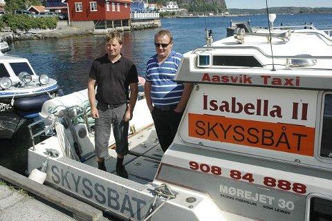SKYSSBÅT: Taxibåtene i Kragerø har fått på merker som viser at de er nyttetrafikk. F.v.: Ove Aasvik og Jørn Aasvik.