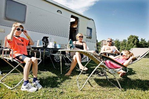 - Tommelen opp for camping, sier  Catrhine Tronstad (i midten). Med flatpakka løsninger får familien med seg alt de trenger på tur. (Fra venstre) Haakon Tronstad (12), Cathrine Tronstad (43), Tor Helge Hansen (49) og Casper Tronstad (9).