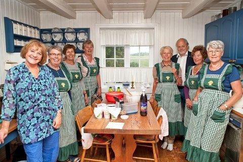 Kjøkkentjeneste: Nykirke bygdekvinnelag sto for serveringen på Bruserød gård.