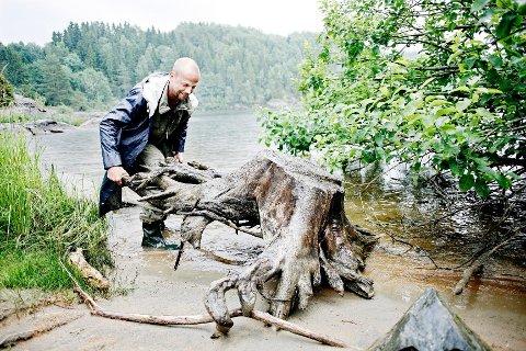 Med litt hjelp fikk Ole Rosén-Lystrup bukt med rota som av en eller annen grunn havnet i innsjøen Øyeren. Mest sannsynlig ender den opp som sofabord.