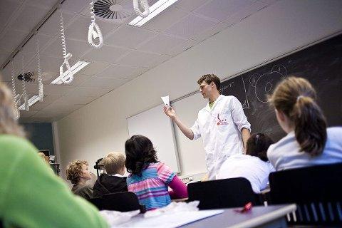 Fysikkstudent Torbjørn Ness (24) bruker kaffefilter, vann og tusj for å hjelpe barna å forstå kapillærkreftene.