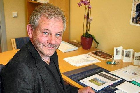 Fylkesutdanningssjef Jan Helge Atterås ser for seg at en må gå mer aktivt ut for å rekruttere lærere i realfag.