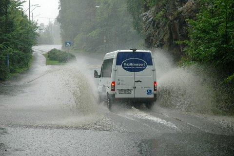 Flexitransport frakter eldre og uføre trygt fra sted til sted, og kom seg også helskinnet gjennomvannmassene som fredag samlet seg i Ljabruveien.