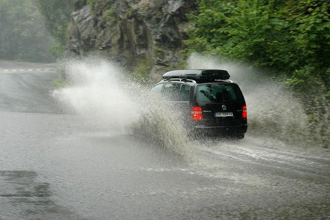 Mange biler oppdaget ikke vannet før det var for sent, og spruten sto flere meter til værs.