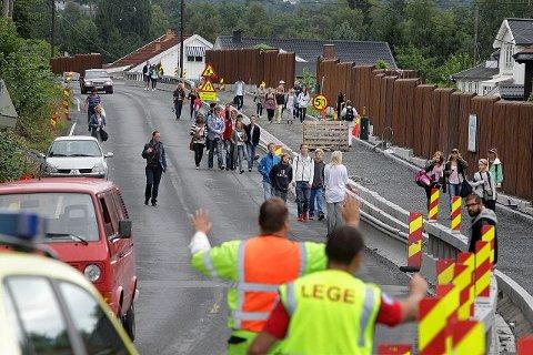 STOPPET: Elever på vei til Ringstabekk ble stoppet i påvente av alternative veier forbi ulykkesstedet. FOTO: KARL BRAANAAS