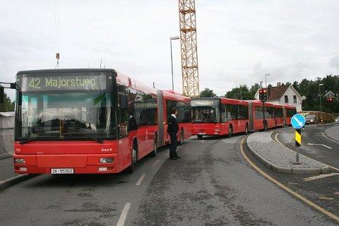 MANGE: Bussene hopet seg opp på Bærumsveien i påvente av hvilken veie de skulle ta. FOTO: HAKON HOLTAN