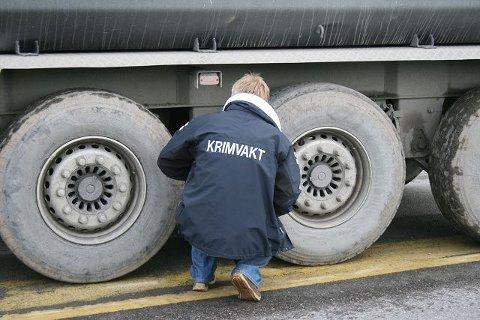 SJEKKER: Politiet undersøkte lastebilen som var involvert i dødsulykken. FOTO: HAKON HOLTAN