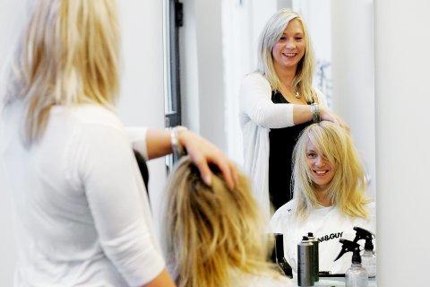 Frisør Iselin Hagadokken Hansen jobber med håret til Johanna Dahlin. Likestillingsombudet vil nå endre prismodellene i frisørbransjen.