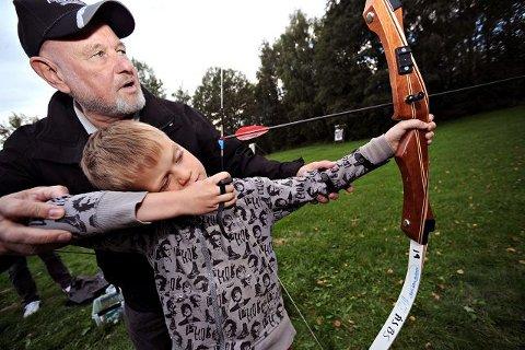 Ni år gamle Jo Magnus Aalerud fikk kyndig hjelp av Per Bolstad da han testet bueskyting for første gang under Freskuka i Ås. ALLE FOTO: OLE KR. TRANA