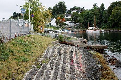 Den planlagte båtutsettingsbrygga/padlebrygga mellom Ormsundkaia og Ceresbrygga skulle stått ferdig i juni, men uoverenstemmelser har ført til at arbeidet nå er stanset for andre gang.