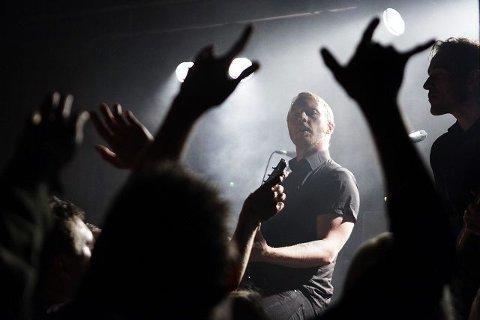 Trykkbølger: Skambankts Terje Vinterstø og et lystent publikum som nærmest er oppå scenekanten av ekstase.  Foto: Grethe Nygaard