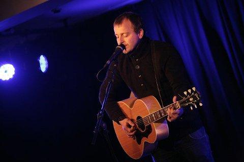 Alene med kassegitaren, fremførte Johnny Hide låter fra «Linger Songs» og «An Honest Try» i Ski torsdag.  FOTO: ODD INGE rand