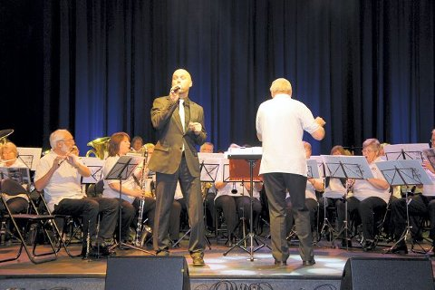 Vokalisten Rolf Kristensen fikk hårene til å reise seg da han fremførte «I Aint't Got Nobody» av Johnnie Vinson, med Ski Musinoksåkalske i ryggen.  Alle foto: Camilla Tryggestad Visjø