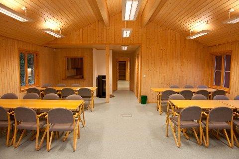Det er satt opp et eget administrasjonsbygg med toaletter, dusjer, kjøkken, kontor og sal.