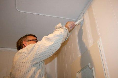 Start med med kriker og kroker først når du maler veggen, gå så over med rullen etterpå.
