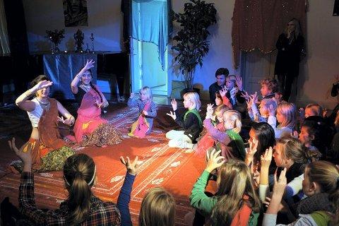 Søstrene Navareet og Lavleen Kaur har jobbet for Rikskonsertene siden barndommen. Her underviser de barn og foreldre i Indisk bollywood dans.   alle foto: Camilla Tryggestad Visjø
