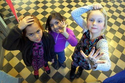 Venninnene viser stolte frem hennamalingen de fikk på Bollywoodverkstedet.  F.v: Kristin Eikemann Corales, Sistana Rigi, Sunniva Langås Røiland.