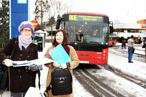 Mange har engasjert seg i buss 80E. Her er Eli Bjørneby og Tone Hermansen ute og samler underskrifter for flere avganger.