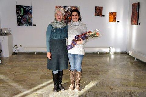 Dette er Nasims første billedutstilling. Her mottar hun blomster av Målfrid Nyrnes, som er medlem av styret i Ski kunstforening.  alle foto: Camilla Tryggestad Visjø