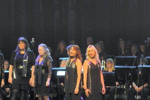 Tone Jenny Næss og Anne-Karine Kjuus fra vokalgruppen Mezzo holdt en underholdende konsert sammen med Ski Janitsjar lørdag. ALLE FOTO: ALEXANDER CARLSEN STRANDE