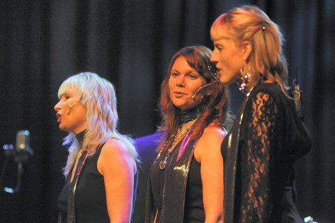 Anne-Karine Kjuus, Tone Jenny Næss og Turi Rødset Theimann i vokalgruppen Mezzo storkoset seg på scenen lørdag.