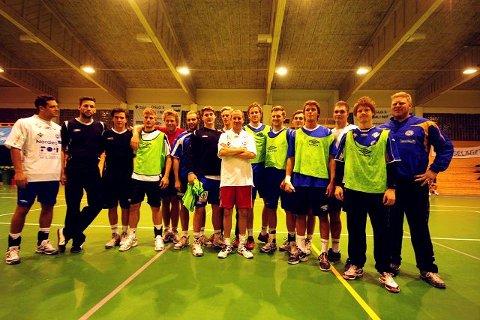BHenrik Elvestad (i midten) fikk spille fotball som oppvarming. – Nå begynner jeg å like håndballtrening, spøkte komikeren. FOTO:ANDREAS LINDBÆK