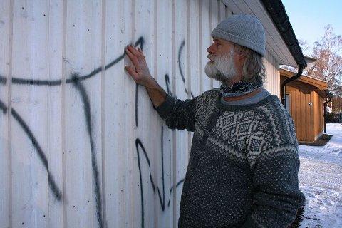 TAGGET NED: Billedkunstner Stig Eikaas i Jarmyrveien på Jar fikk tagget ned veggen på sin en uke gamle garasje. BEGGE FOTO: KIM VAN DER LINDEN