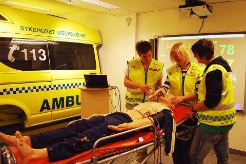 Elever fra ambulansefag utfører primærundersøkelse.