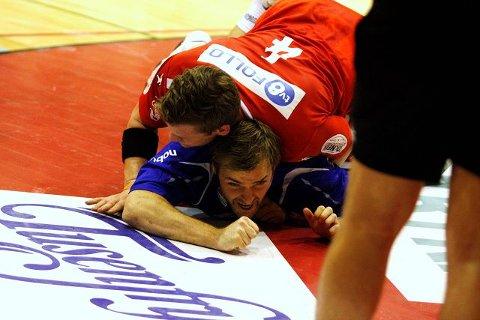 Michael Bech Rehnquist fikk seg en trøkk av Follos Kyrre Vegard Johannesen i andre omgang. Johannesen ble utvist etter den taklingen.