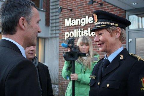 Stasjonssjef Gro Smedsrud kunne onsdag ønske statsministeren og justisministeren velkommen til Manglerud.
