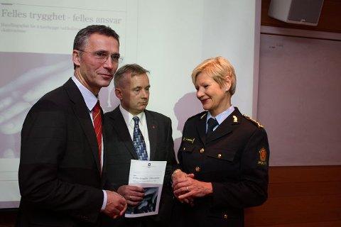 Både statsministeren og justisministeren takket Manglerud-politiet for det de har bidratt med i handlingsplanen som nå skal praktiseres.