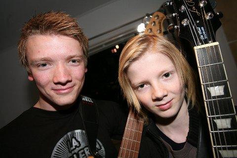 Tobias Fogth-Jakobsen (19) spiller i Contrast og W.O.P.S. under årets Kjeller'n Rock Festival. Lillebror Markus (12) skal spille med Erorium. FOTO: ODD INGE RAND.