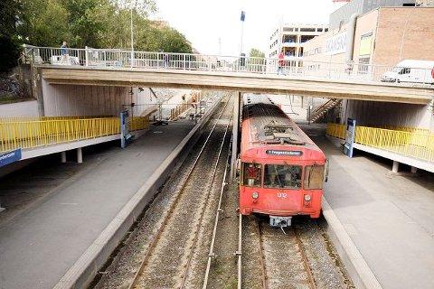 De gamle røde vognene er parkert og Holmenkollbanen er igjen åpnet. Men linje 1 skal ikke lenger trafikkere strekningen Frognerseteren - Bergkrystallen i rushtiden. Nå går banen til Ellingsrudåsen. Arkivfoto
