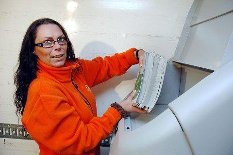 """NIVÅ FEM: I denne maskinen kan du trygt destruere alle dine sensitive opplysninger og dokumenter på en trygg måte. Her viser Unn Kristin Hofman hvor mye papir den """"tygger"""" per gang."""