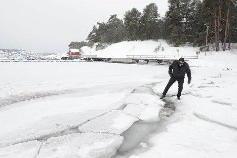 <B>Havnesjef Bjørnar Christiansen</B> advarer mot ferdsel på isen. Bukter som Tangenbukta i Sandefjord ser trygge ut, men synet kan bedra. Foto: Per Langevei