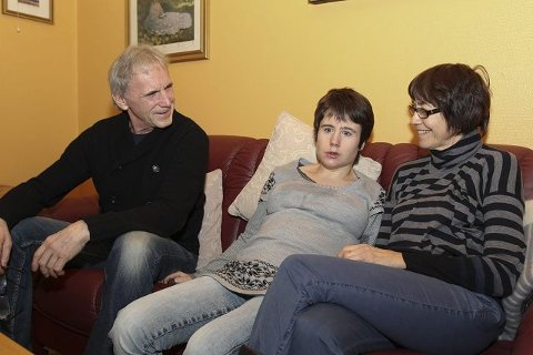uakseptabelt: Foreldrene Jan Fyllingen og Elen-Marta Hovig mener det er urimelig at datteren Hedda Fyllingen skal betale 3.972 kroner per måned for en leilighet som de mener er direkte helsefarlig.
