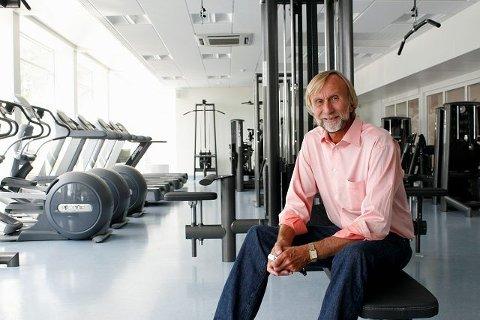 Rektor Claus Hagli ønsker velkommen til nyrehabiliterte Lambertseter videregående skole, som blant annet kan skilte med eget treningsstudio som er åpent for elevene på kveldstid.