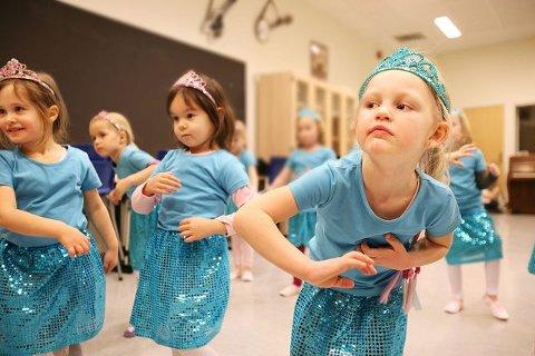 Milla (5), Kine (5), Daniella (4) og Eira (5) spiller den onde fe i «Tornerose» i denne dansen. ALLE FOTO: CHRISTINE HEIM.