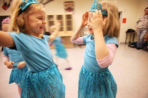 Det er mye lek og latter når jentene inntar dansegulvet, her ved Andrea (5) og Sofie (4).