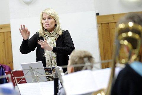 Hilde Olsrud holder styr på Oppegårdmusikantene hver torsdag. Hun overtok dirigentrollen i 2007.