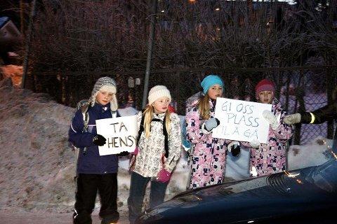 Barn i Rosendalsveien demonstrerte mot farlig skolevei. Foreldre engasjerer seg sterkt for å få tiltak som bedrer forholdene.
