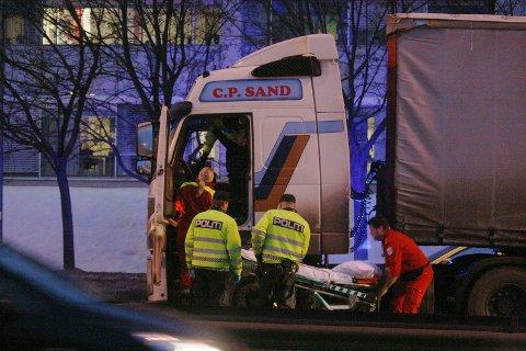En ambulanse kom til stedet og fikk bragt sjåføren ut av bilen.
