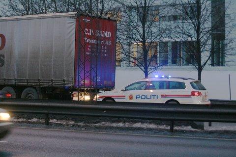 Da vogntoget begynte å rulle bakover stoppet det ikke før det smalt inn i politibilen.