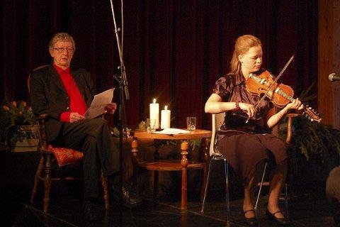 BLE HYLLET: Hans Herbjørnsrud og Anne Hytta var i fokus på kulturkvelden i Heddal onsdag.