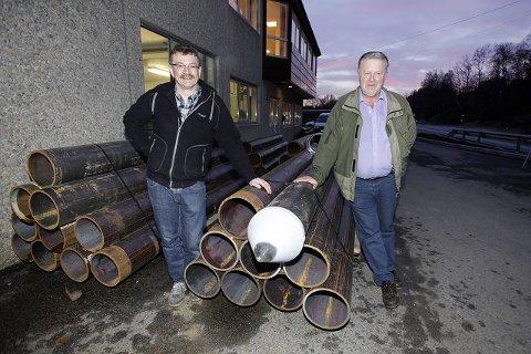NORDISK: Subholer-stålrør av den større sorten ligger klar til levering ved Brød. Haukås Mek. Verksted. Styreleder Steinar Gregersen (t.v.) og oppfinner Helge Indreland har jobbet mye sammen for å utvikle verktøyet.