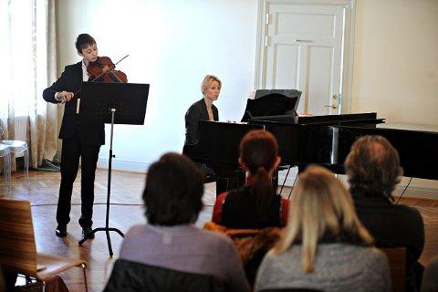 13 år gamle Michael Andreas Grolid i Ås er av mange som vil få glede av strykerprosjektet. Her under gårsdagens avspark for prosjektet i samspill med Gunilla Süssmann på piano. De spilte bratsjkonsert i G-dur av Telemann. BEGGE FOTO: OLE KR. TRANA
