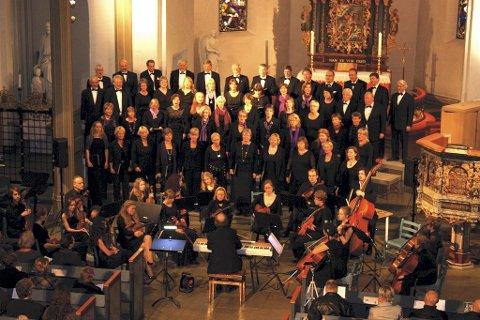 SANG UT: Det ble god stemning i kirken da Tønsbergkoret og Lier Kammerkor holdt konsert for å hylle Vivaldi. Her med Vestfold Ungdomsstrykeorkester i forgrunnen. Foto: Julie Moon Fjell
