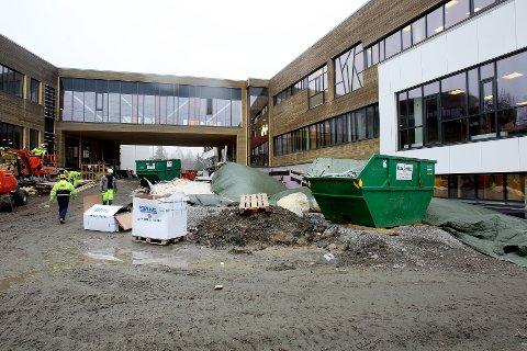 Nøkkeland skole vil bli åpnet selv om ikke høyspentledningene er lagt i bakken.
